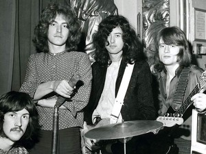 Em 3 de março de 1969, no Playhouse Theatre, Londres, onde o Led Zeppelin gravou 'Communication breakdown', 'Dazed and confused' e 'I can't quit you baby' para o programa Top Gear, de John Peel (Foto: Jimmy Page Collection/Divulgação)