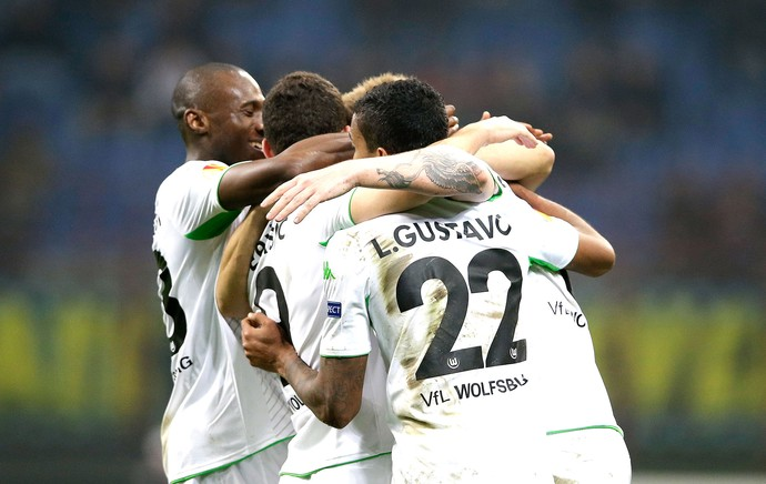 Nicklas Bendtner, comemora gol do Wolfsburg contra o Inter deMilão (Foto: Agência AP)