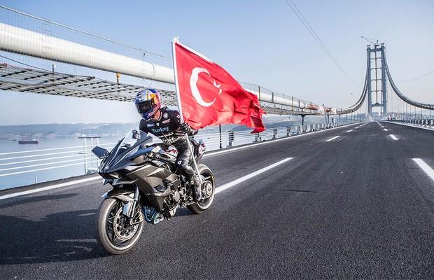 Kenan Sofuoglu bate recorde de velocidade com Kawasaki Ninja H2R (Foto: Kawasaki)