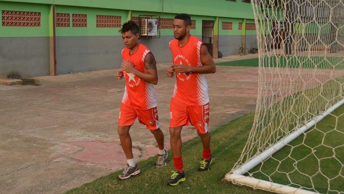 atacante Charles Chenko e meia Marquinhos, Rio Branco-AC (Foto: Murilo Lima)