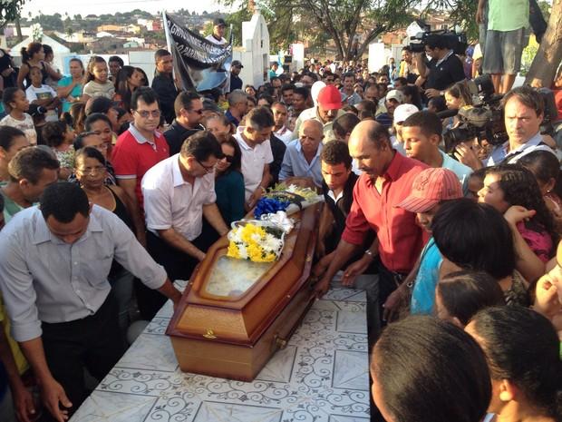 Radialista assassinado é enterrado em Lagoa de Itaenga (Foto: Edison Silva/TV Globo)