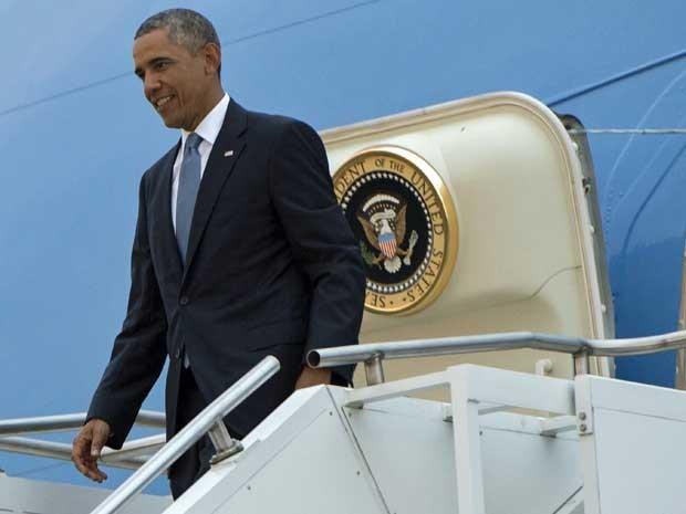 Barack Obama desembarca do Air Force One ao chegar ao Aeroporto de Tallinn, na Estónia. (Foto: Saul Loeb / AFP Photo)