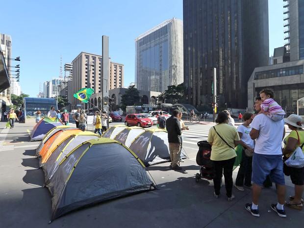 Um pequeno grupo de manifestantes contrários ao governo Dilma Rousseff volta a acampar em frente ao prédio da Federação das Indústrias do Estado de São Paulo (Fiesp), na Avenida Paulista, em São Paulo, na manhã deste sábado. (Foto: Hélvio Romero / Estadão Conteúdo)