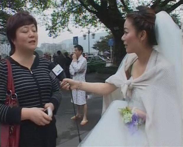 Ela estava se preparando para cerimônia quando precisou cobrir tremor (Foto: Ya'an TV/Reuters)