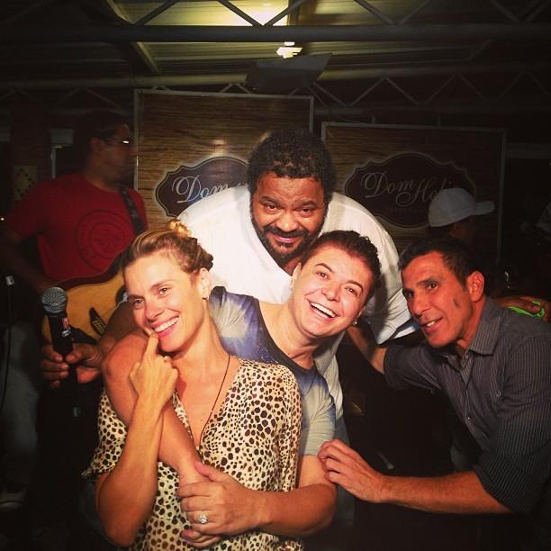 Carolina Dieckmann, Arlindo Cruz, David Brazil e Eri Johnson em evento no Rio (Foto: Instagram/ Reprodução)