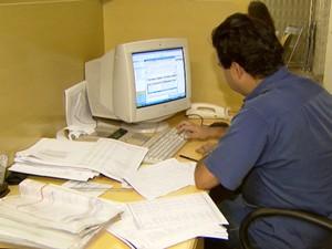 Funcionário do setor administrativo (Foto: Reprodução / EPTV)