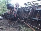 Jovem morre e três ficam feridos após caminhão capotar na BR-153
