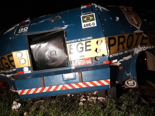 Criminosos renderam seguranças do carro-forte e explodiram veículo em seguida em Barrinha (Foto: Ariane Lima / EPTV)