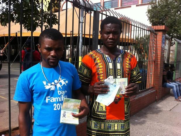 Camaroneses que não conseguiram fazer conexão exibem passaporte e visto2 (Foto: Letícia Macedo/ G1)
