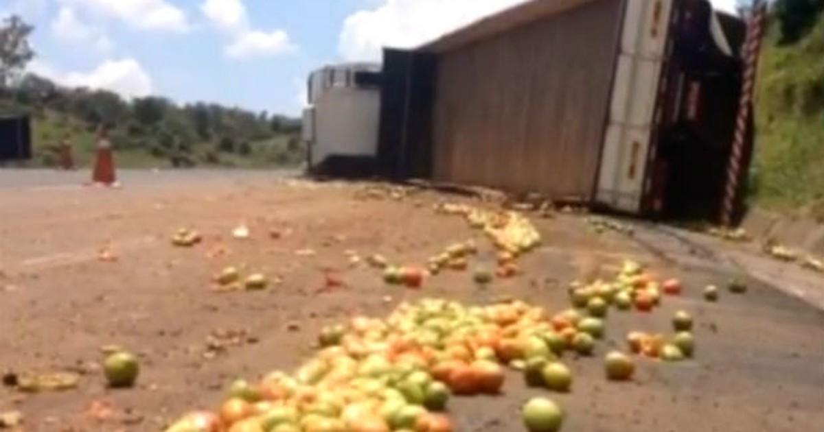 Caminhão carregado com tomates tomba em rodovia de Cabreúva - Globo.com