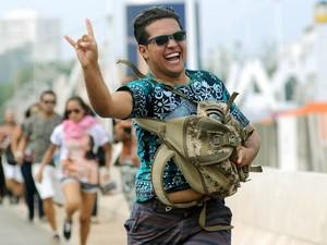 Mesmo na correria, visitante do 6º dia de Rock in Rio manda chifrinho para o fotógrafo do G1 (Foto: Alexandre Durão/G1)