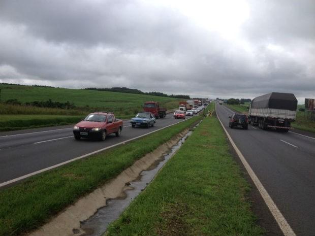 Trânsito é lento sentido Ponta Grossa devido ao transporte da peça, nesta quarta-feira (15) (Foto: Wesley Cunha/RPC TV)