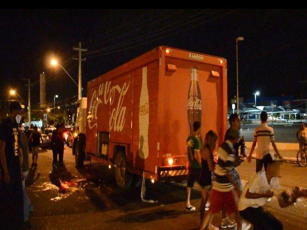 Grupo saqueia caminhão de refrigerantes que ficou parado em bloqueio em Aracaju (Foto: Flávio Antunes/G1)
