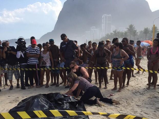 Mulher de uma dar vítimas chega para reconhecer o corpo (Foto: Kathia Mello/G1)