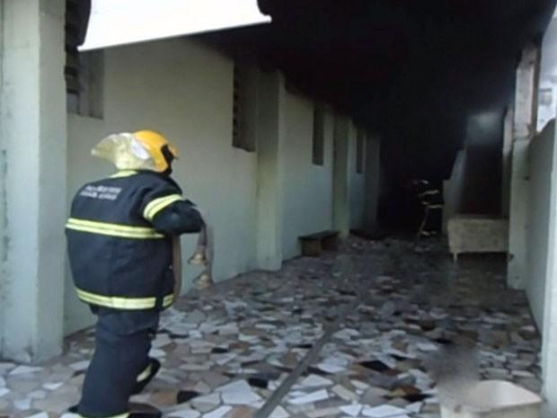 Fogo atingiu sala de doações de igreja evangélica em Pouso Alegre (Foto: Rafael Bravo / Reprodução EPTV)