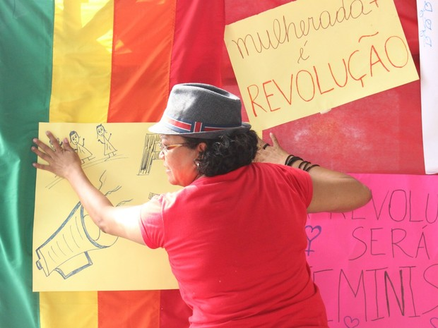 Participantes produziram cartazes com frases em favor do respeito as mulheres (Foto: Ive Rylo / G1 AM)