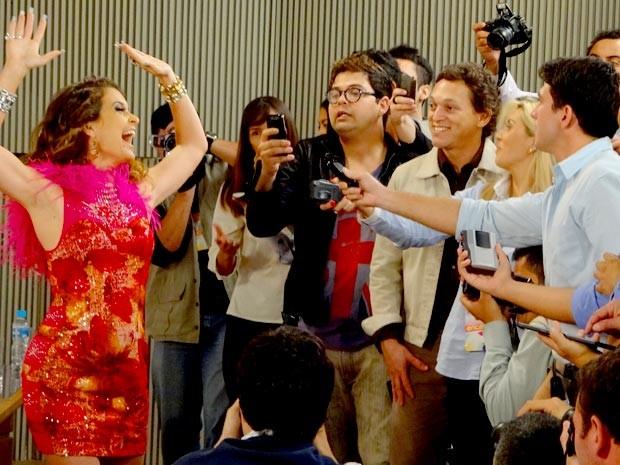 A diva posa achando que é a nova grande estrela da noite (Foto: Cheias de Charme / TV Globo)