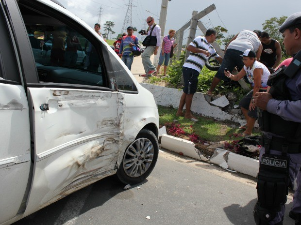 Táxi ficou amassado por causa da colisão. (Foto: Mônica Dias/G1)