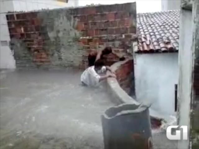 Acidente aconteceu na Rua Atalaia, em Mãe Luíza (Foto: Reprodução/Vídeo)