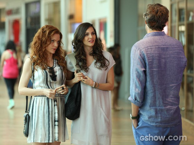 Marina e Vanessa encontram Cadu no shopping e ele pede ajuda para presente de Clara (Foto: Carol Caminha/TV Globo)