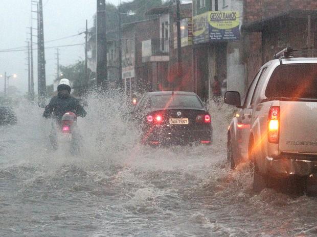 Em caso de alagamento, motoristas devem procurar local seguro (Foto: De Jesus / O Estado)