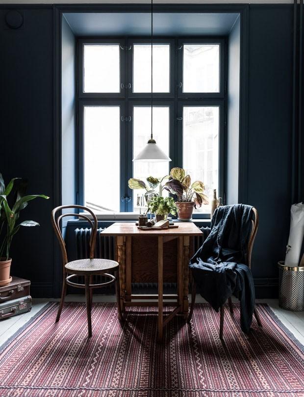 Décor do dia: Sala de jantar vintage com paredes azul escura  (Foto: JOHAN SPINELL/DIVULGAÇÃO)