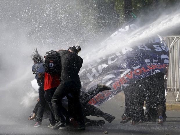 Polícia atira jatos de água em protesto de estudantes em Santiago, no Chile (Foto: Ivan Alvarado/Reuters)