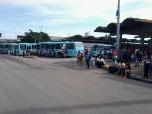 Ônibus foram abandonados dentros dos termianis (Foto: Ludigardo Oliveira/Arquivo Pessoal)