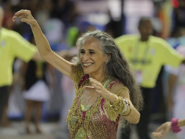 Bethânia sorri durante o desfile pela Mangueira (Foto: Rodrigo Gorosito / G1)