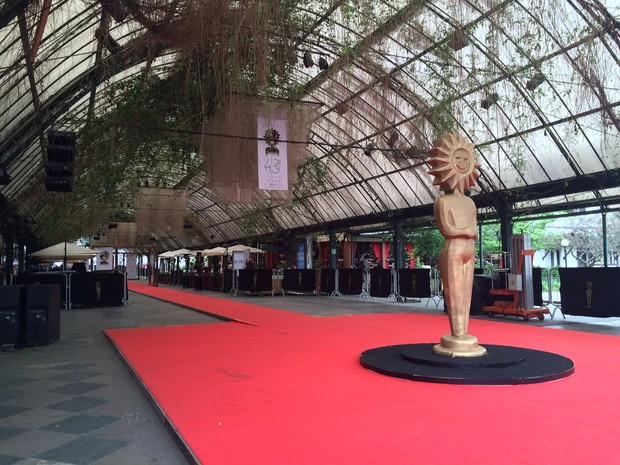 Bares ficam ao redor do tapete vermelho, por onde passam os artistas (Foto: Rafaella Fraga/G1)