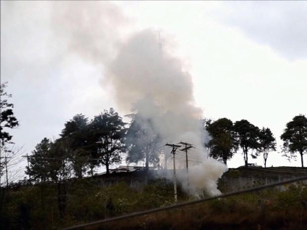 Fumaça pode ser vista saindo da subestação (Foto: Luciano Lopes)