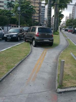 Carro foi parar na ciclovia após colisão com outro veículo na avenida Ana Costa (Foto: Marcos Vinicius Camargo/Arquivo Pessoal)