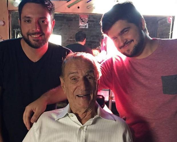 Orlando Drummond com o neto, Alexandre Drummond, e mais um amigo da família (Foto: Reprodução/Facebook)