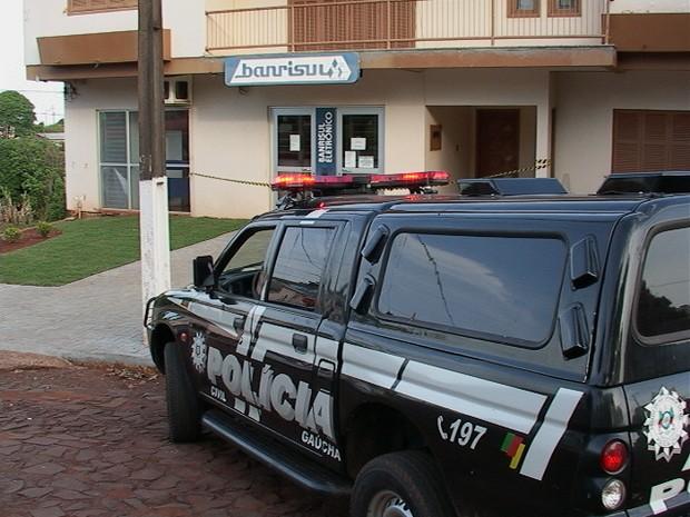 Agência bancária fica a 100 metros de um posto policial (Foto: Eder Calegari/RBS TV)