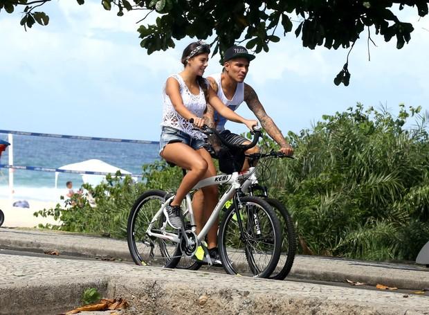 Paolo Guerreiro e Namorada pedalam na Orla da Barra da Tijuca (Foto: Raposão / AgNews)