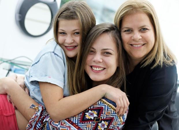 Nikki com a irmã, Paloma, e a mãe, Michele (Foto: Divulgação)