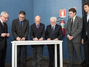 Representantes dos Parques Tecnológicos assinam acordo de cooperação (Foto: Bruno Todeschini/PUCRS)