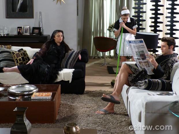 Sofia limpando a casa de seus patrões, Omar e Soraia (Foto: Malhação / TV Globo)