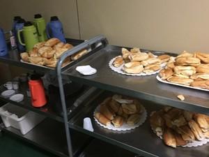 Pães com queijo levados para servir presentes à comissão (Foto: Gustavo Garcia/G1)
