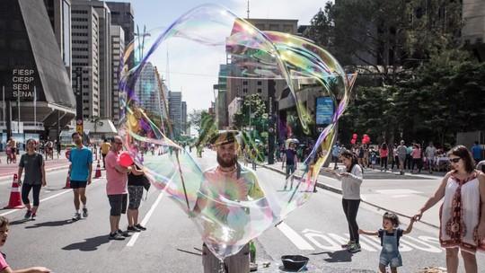 Domingo na Paulista tem 'Jason', bolha gigante, roqueiros e outras figuras; FOTOS