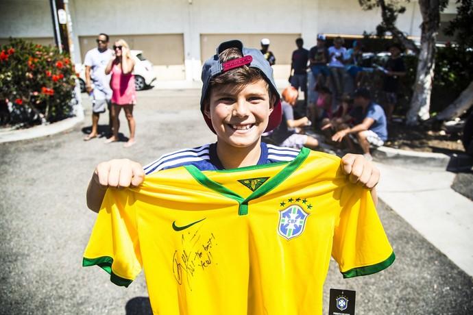 Pequeno torcedor do surfista brasileiro Gabriel Medina (Foto: Lorena Dillon )