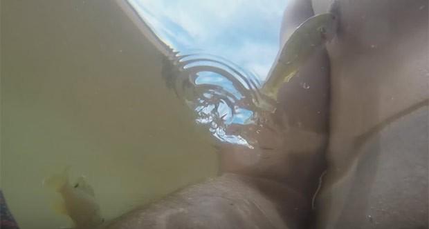 Peixe surpreende ao saltar e morder o mamilo direito de Wyatt Green (Foto: Reprodução/YouTube/BoatersOutlet)
