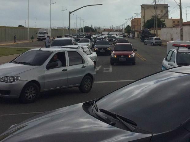 Motoristas seguiram pela Avenida Alberto Craveiro em direção a Câmara, na rua Thompson Bulcão. (Foto: Wânyffer Monteiro/TV Verdes Mares)