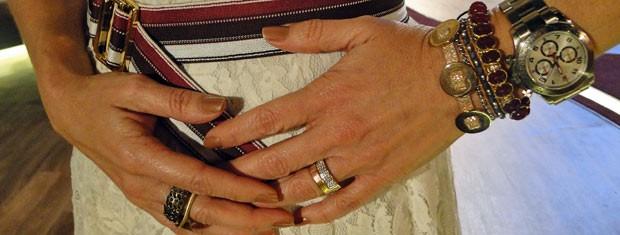 Cintura foi marcada com cinto de listras e a apresentadora apostou nos acessórios com pedras vermelhas (Foto: Encontro com Fátima Bernardes/TV Globo)