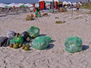 Lixo se acumulou na festa na praia (Foto: Rafael Quintão/Inter TV)