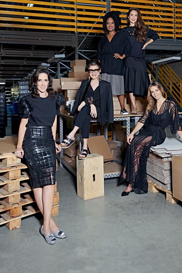 Ana Isabel (à esquerda) posa com Costanza Pascolato, a jornalista Luiza Brasil, a stylist Giovanna Meneghel e a modelo Camila Espinosa, todas colaboradoras do Shop2gether (Foto: Thiago Justo)