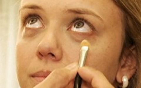 Como acabar com as olheiras usando maquiagem