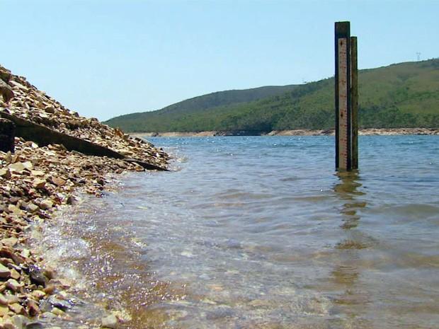 Nível da represa está 13 metros abaixo do normal em algunspontos (Foto: Reprodução EPTV)