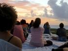 Zona Sul do Recife tem encontro de meditação coletiva na praia