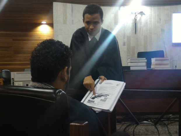 Advogado de defesa de Tiago Henrique mostra arma usada por seu cliente Goiás Goiânia julgamento (Foto: Vanessa Martins/G1)